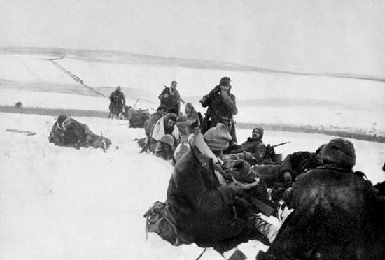 Una sosta durante la ritirata a 30-40 gradi sotto zero. In alto, a sinistra, la lunga fila degli alpini nella neve della steppa verso una difficile e lontana salvezza