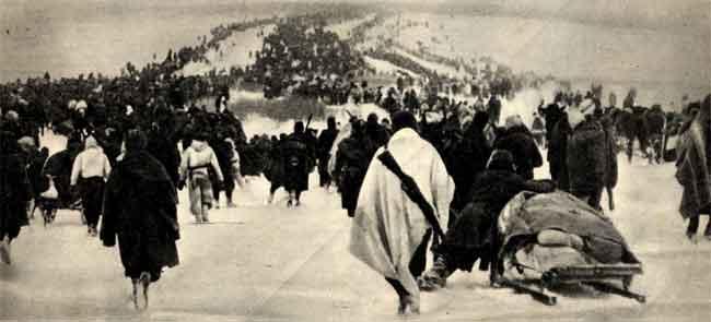 Un momento della ritirata in Russia dei soldati del Corpo d'armata alpini e della divisione Vicenza. Trecento chilometri a piedi nella neve a quaranta gradi sotto zero