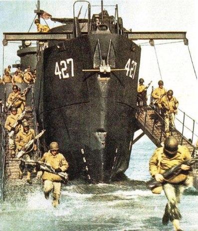 Marines americani sbarcano sulle spiagge di Gela. L'operazione ha incontrato molte difficoltà, ma a 25 ore dallo sbarco la testa di ponte è ormai consolidata e le truppe di terra stanno avanzando nell'interno