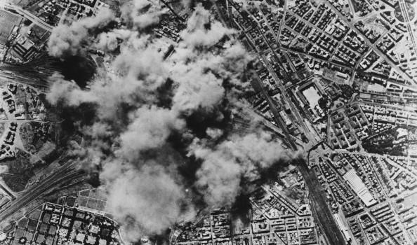 Foto, da uno degli aerei, del bombardamento del quartiere di San Lorenzo al Verano