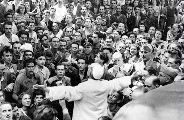 Papa Pio XII sul predellino di un'auto davanti alla chiesa di San Lorenzo al Verano subito dopo il bombardamento che ha semidistrutto la chiesa e gran parte del quartiere