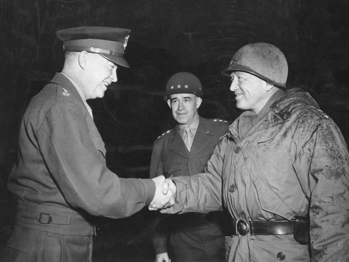 Il generale Eisenhower si congratula col generale Patton (a destra). George Patton è un comandante molto discusso per i suoi modi autoritari ma di grande fascino sui soldati.