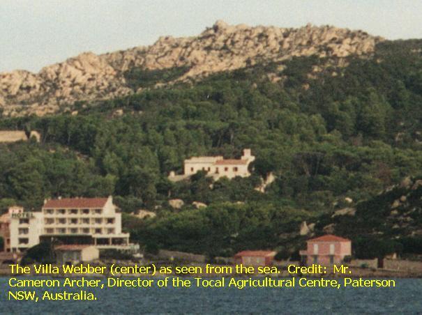 Al centro, in mezzo alla pineta, la villa Webber, dove era tenuto prigioniero Benito Mussolini. L'edificio in basso a sinistra, sul mare, è un albergo costruito di recente