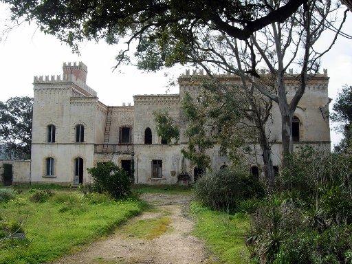 La villa in un'immagine recente, in totale stato di abbandono