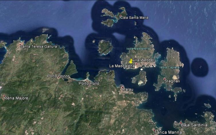 L'arcipelago e, al centro, il porto della Maddalena. Il punto rosso indica la posizione della villa Webber, a due chilometri dalla città, a mezza costa, duecento metri dal mare