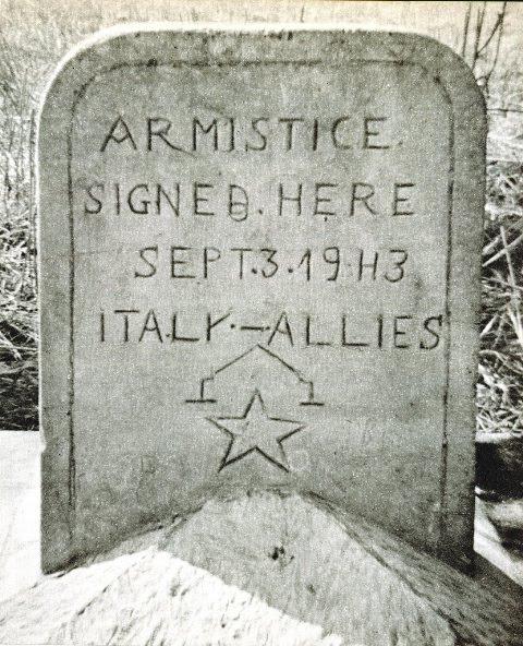 la stele scolpita per ricordare la firma dell'armistizio 'corto'
