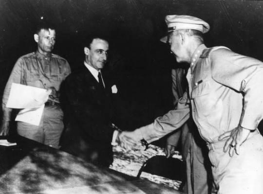 Il generale Eisenhower stringe la mano al generale Castellano. Molti storici non parlano di Eisenhower sotto la tenda di Cassibile (e di questa stretta di mano), perché il documento ufficiale ne ignora la presenza. Castellano era, per la firma dell'armistizio, il delegato di Badoglio e quindi la controparte non poteva essere che Bedell Smith, delegato di Eisenhower. Durante tutta la cerimonia Eisenhower stette in disparte e in ombra e soltanto alla fine si presentò per salutare l'inviato del governo italiano.
