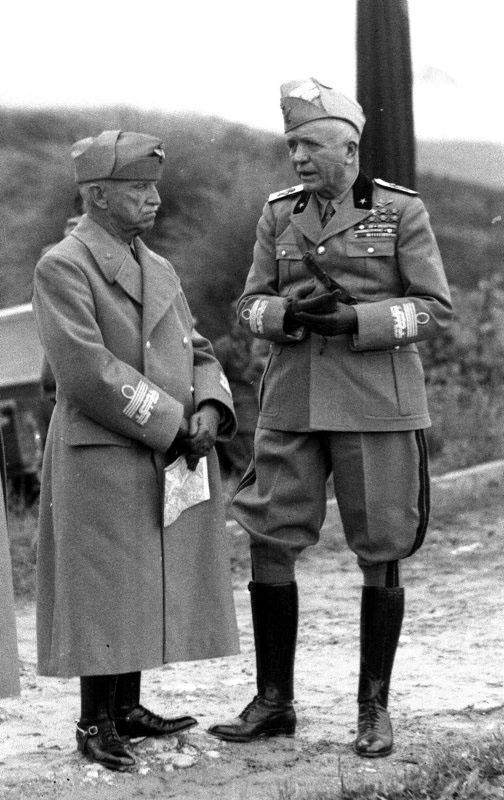 Il re (a sinistra) e il maresciallo Badoglio. Vittorio Emanuele III aveva le insegne di 'Re d'Italia e di Albania e Imperatore di Etiopia' e, dal 1936, i gradi di 'primo maresciallo dell'Impero'