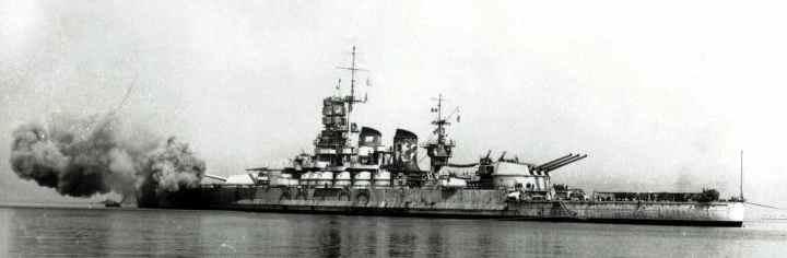 La corazzata Roma colpita (vista dall'altro lato rispetto alla foto precedente)
