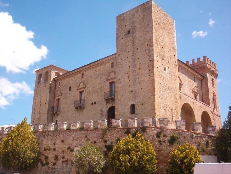 Il castello ducale di Crecchio a duecento metri di altezza nel retroterra di Ortona