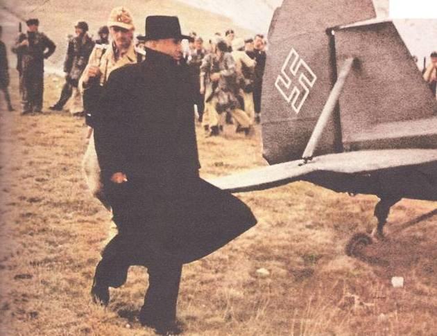 Campo Imperatore. Mussolini verso l'aereo 'Cicogna' che lo porterà via dal Gran Sasso