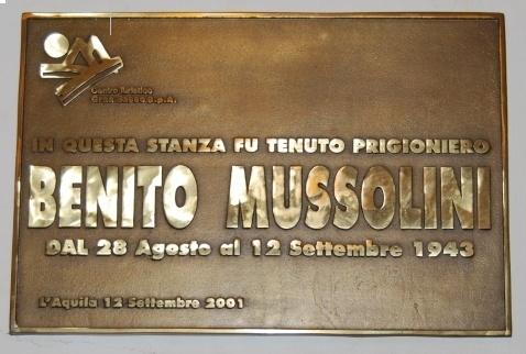 La targa che oggi si può vedere nella camera che viene indicata come quella in cui dormiva Benito Mussolini