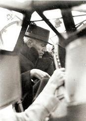 Mussolini appena salito a bordo della 'Cicogna'