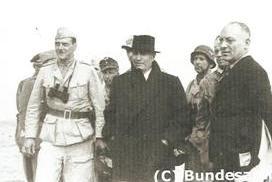 Mussolini si avvia verso il Cicogna; alla sua destra Skorzeny, alla sua sinistra l'ispettore generale Gueli