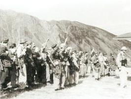 Militari tedeschi, col braccio alzato, e militari italiani alla partenza della 'Cicogna'
