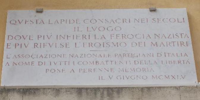 La lapide sulla facciata; vi si legge la seguente iscrizione: 'QVESTA LAPIDE CONSACRI NEI SECOLI / IL LVUOGO / DOVE PIV' INFIERI' LA FEROCIA NAZISTA / E PIV' RIFULSE L'EROISMO DEI MARTIRI ------ L'ASSOCIAZIONE NAZIONALE PARTIGIANI D'ITALIA / A NOME DI TVTTI I COMBATTENTI DELLA LIBERTA' / POSE A PERENNE MEMORIA / IL V GIUGNO MCMXLV'