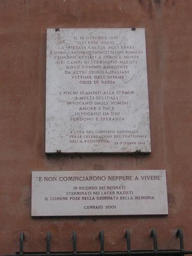 Sulla facciata della palazzina Valiati (o Vallati) due lapidi ricordano la tragedia: 'IL 16 OTTOBRE 1943 / QVI EBBE INIZIO / LA SPIETATA CACCIA AGLI EBREI / E DVEMILANOVANTVNO CITTADINI ROMANI / VENNERO AVVIATI A FEROCE MORTE / NEI CAMPI DI STERMINIO NAZISTI / DOVE FVRONO RAGGIVNTI / DA ALTRI SEIMILA ITALIANI / VITTIME DELL'INFAME / ODIO DI RAZZA / I POCHI SCAMPATI ALLA STRAGE / I MOLTI SOLIDALI / INVOCANO DAGLI VOMINI AMORE E PACE / INVOCANO DA DIO / PERDONO E SPERANZA / A CVRA DEL COMITATO NAZIONALE / PER LE CELEBRAZIONI DEL VENTENNALE / DELLA RESISTENZA / 23 OTTOBRE 1964 --- 'E NON COMINCIARONO NEPPURE A VIVERE' / IN RICORDO DEI NEONATI / STERMINATI NEI LAGER NAZISTI / IL COMUNE POSE NELLA GIORNATA DELLA MEMORIA / GENNAIO 2001'