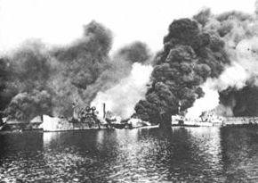 Il porto di Bari durante il bombardamento del 2 dicembre 1943. Al centro la nave inglese da trasporto John Harvey carica di iprite