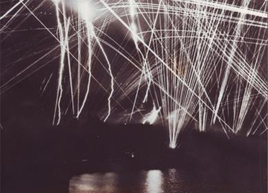 Un'altra foto del porto di Bari sotto il bombardamento del 2 dicembre 1943. Qui le 'Liberty ships' cariche di esplosivi