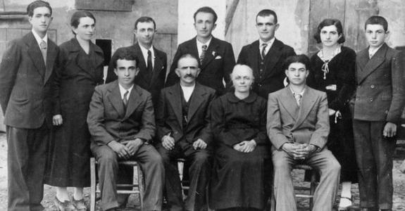 La famiglia Cervi al completo in una foto del 1931: Alcide, Genoveffa e i nove figli