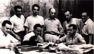 Seduti: Ettore Bernabei è il primo a sinistra; al centro Sergio Lepri; a destra Renato Venturini. In piedi: primo a sinistra Paolo Cavallina, poi Hombert Bianchi e tre vecchi giornalisti. Renzo Martinelli, Righini e Cartoni